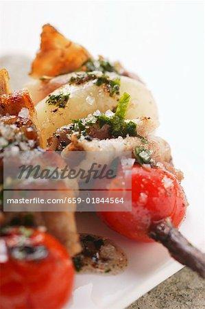 Brochettes de porc grillées avec tomates cerises