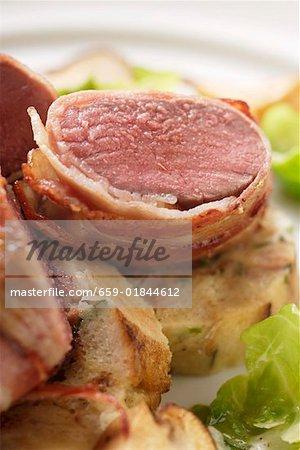 Filet de chevreuil au bacon, champignons forestiers & choux de Bruxelles