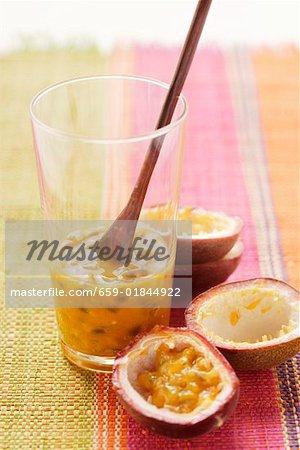 Chair de fruit de la passion (barbadine pourpre) en verre