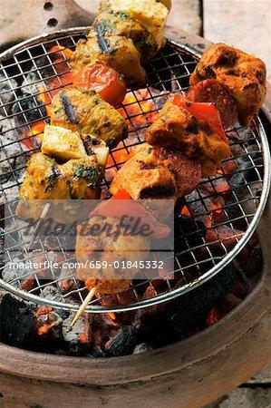 Brochette de poulet et de fromage et brochette de porc sur le barbecue