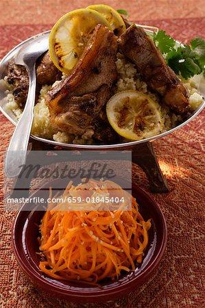 Côtelettes d'agneau avec du couscous, salade de carottes au sésame