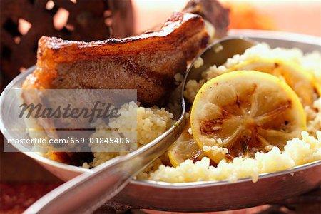 Côtelettes d'agneau avec du couscous et citron