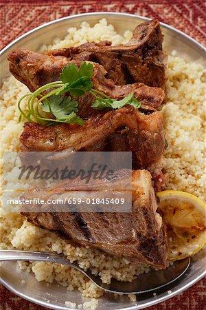 Côtelettes d'agneau grillées sur couscous (Afrique du Nord)