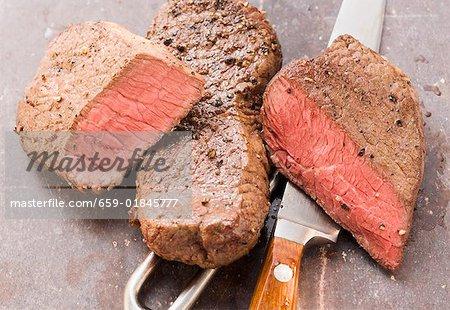 Deux biftecks, avec une fourchette de couteau et de la viande