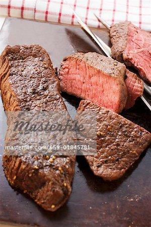 Biftecks de deux, l'un en tranches