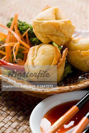 Raviolis frits avec salade et deux sauces