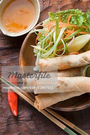 Rouleaux de printemps avec sauce à salade et aigre-douce (Thaïlande)