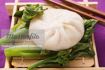 Boulette de levure rempli sur pak choi (Thaïlande)