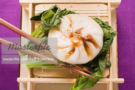 Boulette de levure rempli avec la sauce Hoisin sur pak choi (Thaïlande)