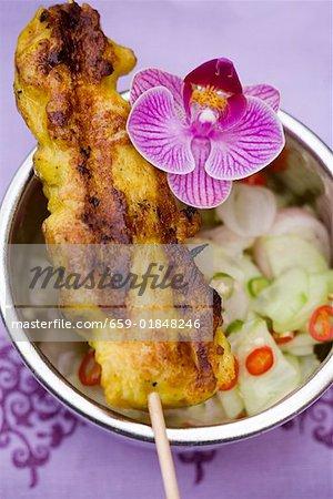 Saté avec salade de concombre (Thaïlande)