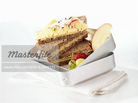 Les sandwichs au fromage et fruits en boîte à lunch