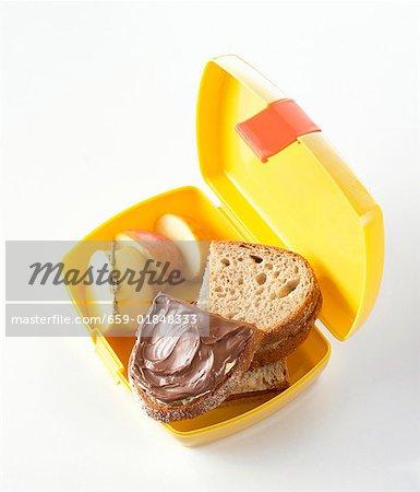 Sandwichs de Nutella et apple dans la boîte à lunch