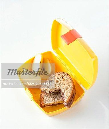 Nutella-Brötchen (einer mit Biss genommen) & Apfel im Lunch-box