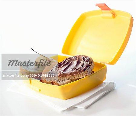 Nutella-Brötchen und Obst in der Lunch-box