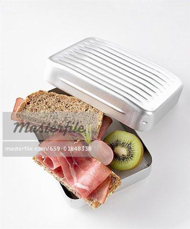 Sandwichs au jambon, radis et kiwi fruit en boîte à lunch
