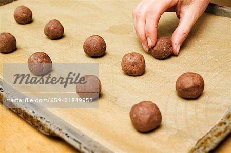 Kleine Kugeln Haselnuss-Teig auf einem Backblech