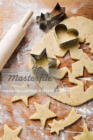 Herzförmige und Sterne geformten Kekse Ausschneiden