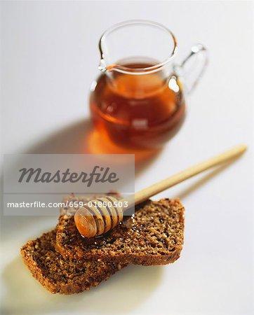 Vollkornbrot mit Honig und Honig-Wasseramsel