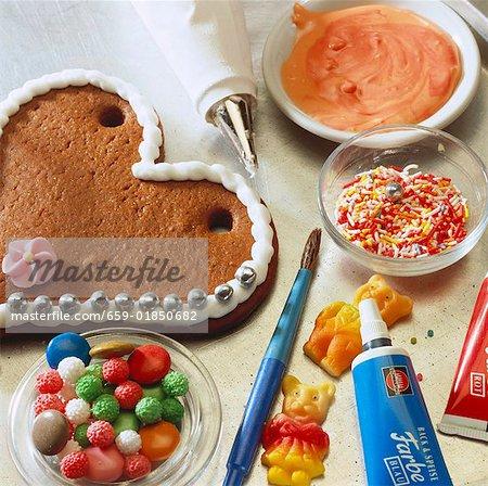 Ein Lebkuchen-Herz mit Zuckerglasur Dekorieren, Zucker usw. Perlen.