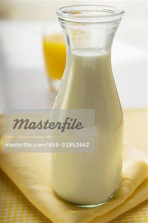 Karaffe Milch auf einer Serviette Stoff
