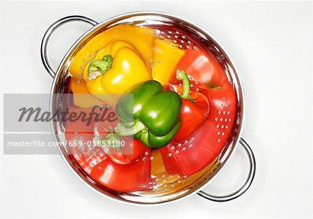 4 Poivrons (rouge, jaune, vert) dans une passoire