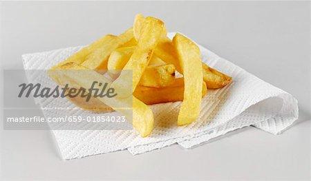 Chips auf weißen Küchenpapier