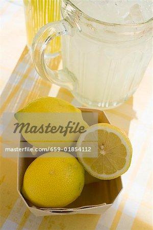Ein Krug mit Limonade und frische Zitronen