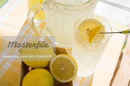 Limonade und frische Zitronen