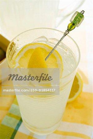 Ein Glas Limonade mit Zitrone Keil auf cocktail-stick