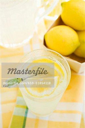 Limonade in einem Glas mit einer Scheibe Zitrone auf einem cocktail-stick