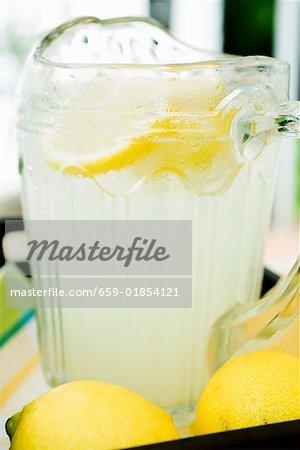 Limonade in eine Glaskanne mit Scheiben einer Zitrone