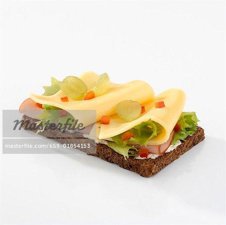 Schinken und Käse auf Vollkornbrot
