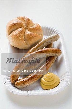 Roll vier Würstchen mit Senf und Brot