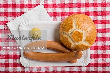 Frankfurter mit Brötchen und Senf