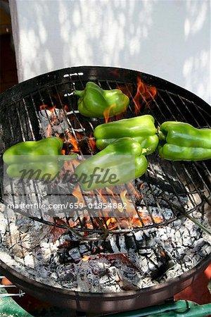 Poivrons verts sur le barbecue