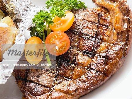 Rumsteak grillé avec tomates et pommes de terre au four