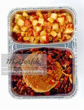 Gemüse Burger auf Bohnen und Paprika mit Kartoffeln
