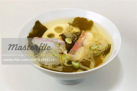 Soupe de choucroute avec racine de lotus et le poisson