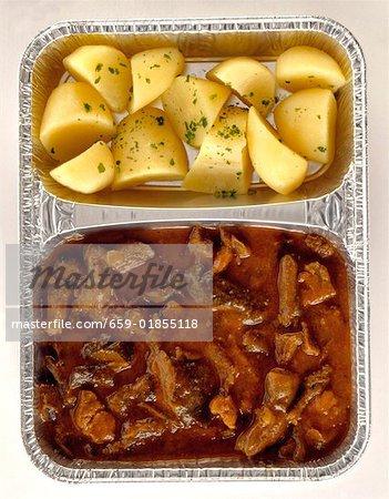 Poulet en sauce au poivre avec pommes de terre de persil