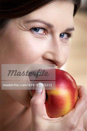 Femme, mordre dans une pomme