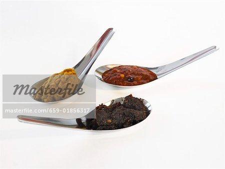 Trois épices asiatiques pâtes cuillère à