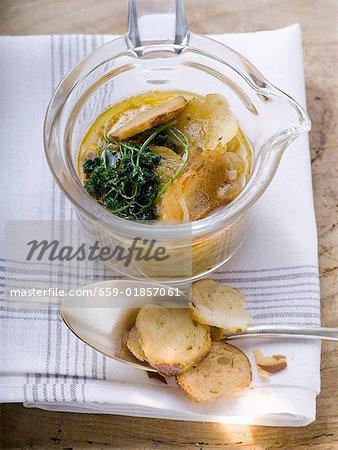 Brezel-Suppe mit Zwiebeln und Tiefe frittierte Petersilie
