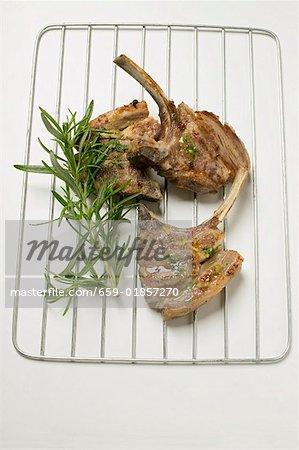Trois côtelettes d'agneau grillé avec huile aux herbes et romarin