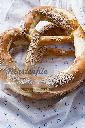 Deux bretzels salés bavarois