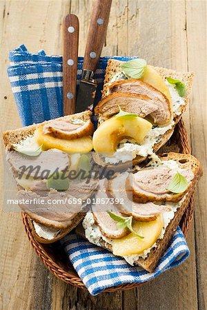 Offene Sandwiches Entenbrust und Apfel im Brotkorb