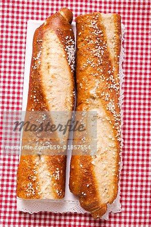 Bâton bretzels salés, coupées en deux