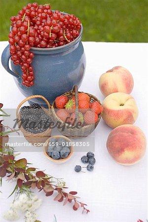 Fruits d'été nature morte de la table de jardin