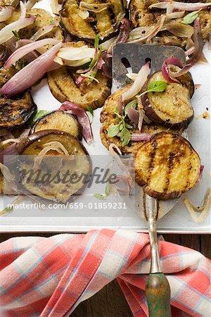 Aubergines grillées avec oignons