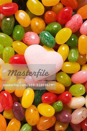 Bonbons colorés & coeur de sucre rose pâle (full-frame)