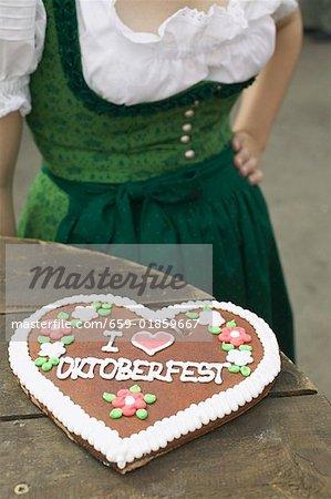 Cœur de la miellerie sur table rustique, femme en arrière-plan